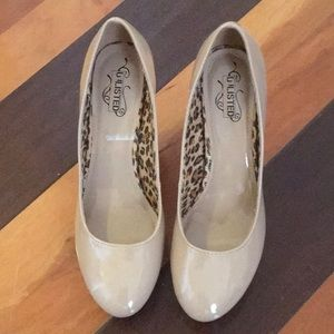 Kenneth Cole Unlisted beige high heel shoes.